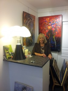 L'artiste et galeriste Tomie dans sa galerie